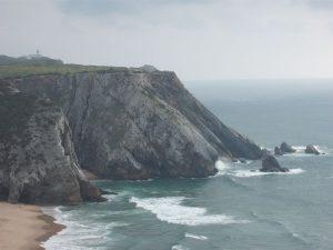 Praia da Adraga e pedra de Alvidar