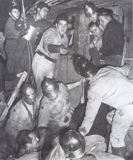 salvamento do fogueiro do comboio de mercadorias efectuado por elementos dos Bombeiros Voluntarios de Agualva Cacem. 2 Acidente Comboio em Sintra