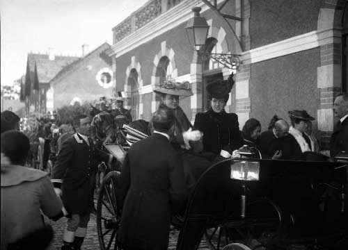 A Rainha Dona Amelia e a Duquesa na estacao de Sintra Visitas Reais a Sintra