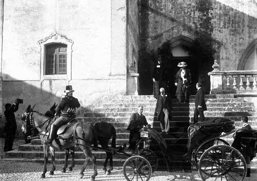 A saida do palacio Dona Amelia e a sua esquerda a duquesa de Connaught Visitas Reais a Sintra