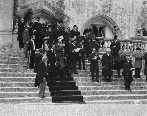 Altos dignitarios aguardando a chegada dos Duques de Connaught ao palacio Nacional de Sintra Visitas Reais a Sintra