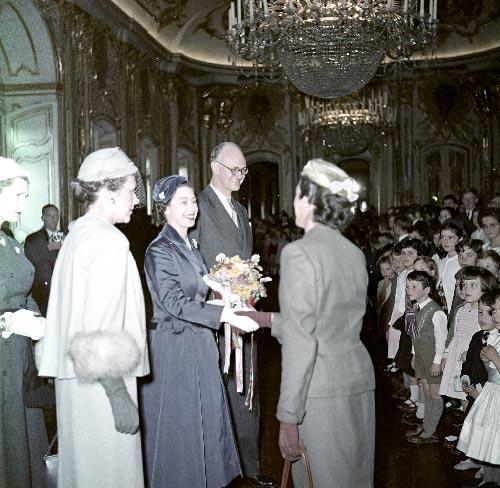 Apresentacao de cumprimentos de membros da comunidade inglesa no palacio de Queluz Visitas Reais a Sintra