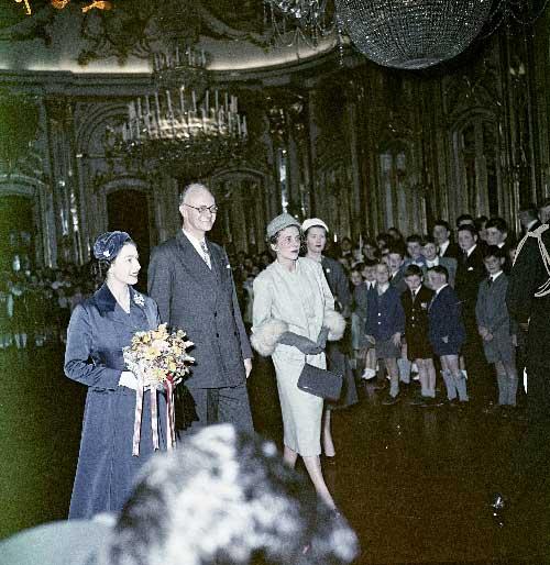 Visita da Rainha Isabel II. Apresentacao de cumprimentos de membros da comunidade inglesa no palacio de Queluz Visitas Reais a Sintra
