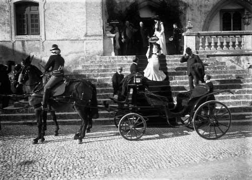 as filhas dos duques descem a escadaria do Palacio Visitas Reais a Sintra