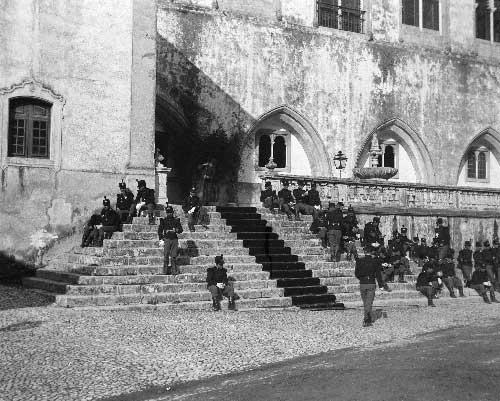 militares na escadaria do palacio Nacional de Sintra Visitas Reais a Sintra